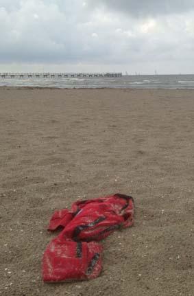 Röd tröja i sanden