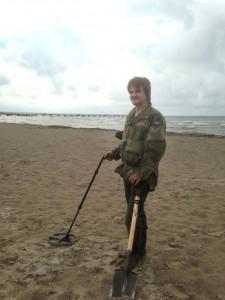 Ken Jörgensen med metalldetektor och spade på stranden
