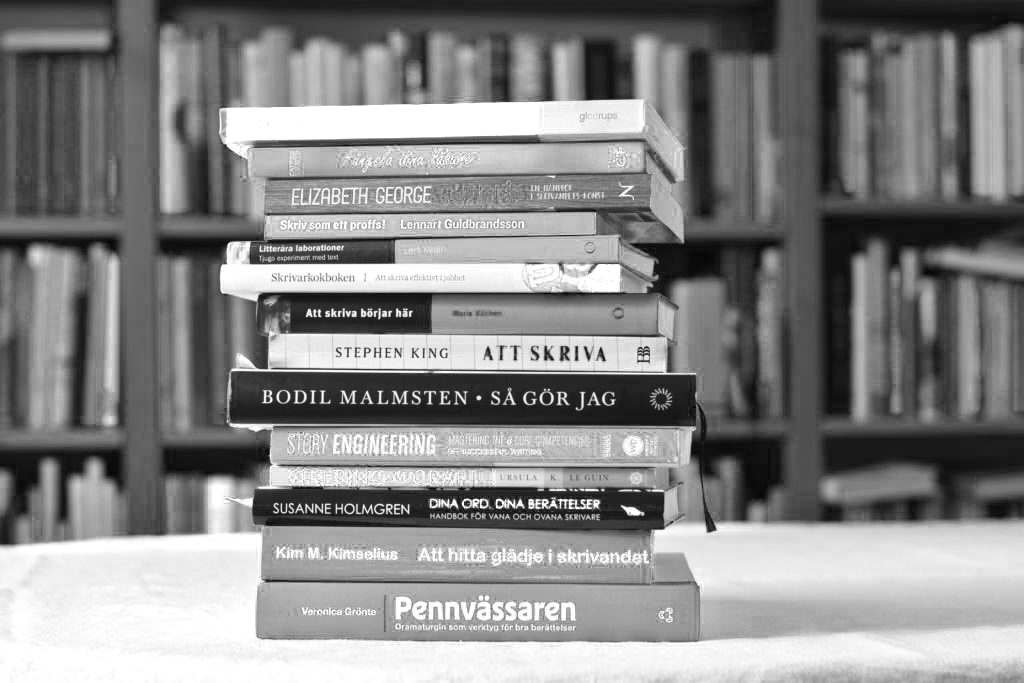 En hög med böcker om skrivande. Stephen King, Bodil Malmsten, Larry Brooks med flera.